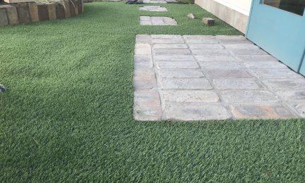 逗子市 個人邸宅 人工芝張り作業
