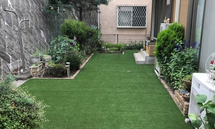 横浜市泉区 個人邸 人工芝張り作業