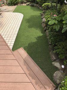 横浜市戸塚区/歩道を歩く人から庭が見える。芝が痛んだので人工芝にリフォーム