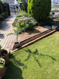 藤沢市・奥様の願い 園路沿いにお花を楽しめるレンガ花壇の造設