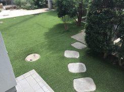 藤沢市 かつて雑草ボサボサで奥様ぐったり。今は違います!人工芝の庭、樹木剪定