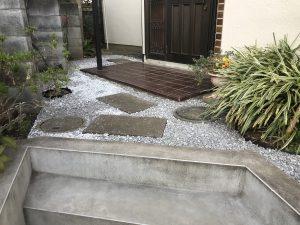 横浜市瀬谷区 昔は好きだった草取り、今は苦痛。そこで砂利敷き!