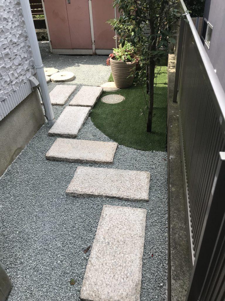 横浜市戸塚区 砂利だけではサンダルで歩きにくい、勝手口と園路に敷石設置