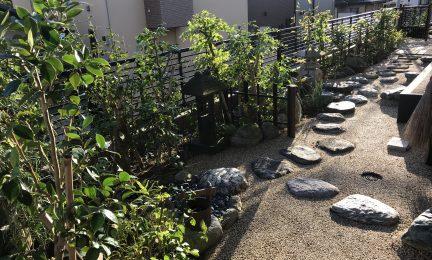 横浜市 金沢区 茶道のお茶事前にお庭を清めます