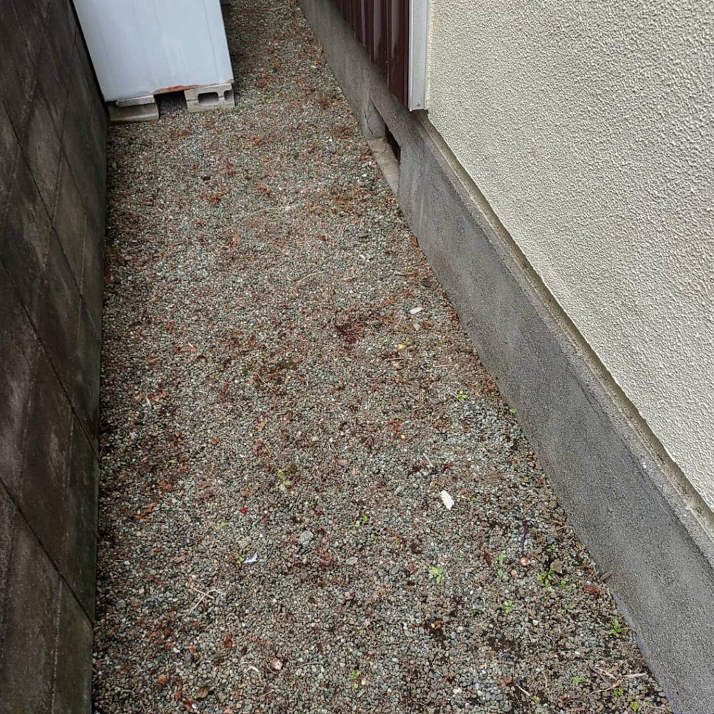 横浜市瀬谷区 防草対策しなかった砂利敷きは後々の草取りが大変(汗)